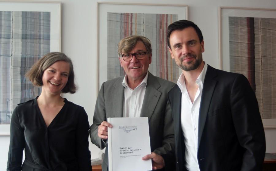 Die Sprecher der Bundeskonferenz Jazz überreichen den Bericht an den Ausschussvorsitzenden Siegmund Ehrmann. V.l.n.r. Franziska Buhre, Siegmund Ehrmann, Felix Falk